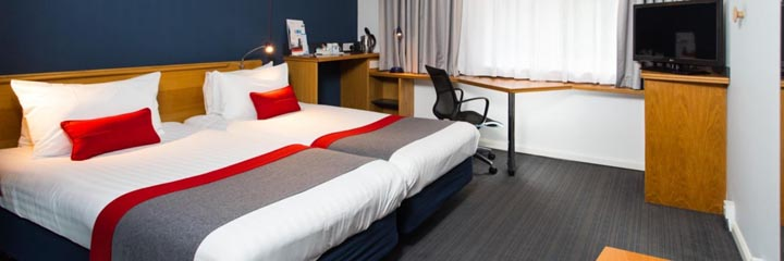 A twin bedroom at the Holiday Inn Express Stirling