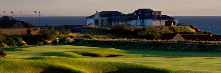 The 18th hole on Craighead Links at Crail Golfing Society and the Clubhouse